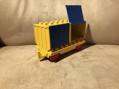 Wagon met 2 blauwe containers