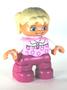Meisje-met-roze-broek-lichtroze-trui-en-2-staartjes-(NIEUW)